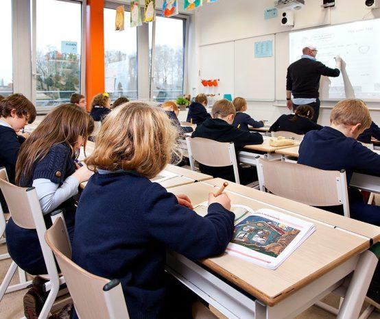 De school is open van 8.20u tot 11.55u en van 13.40u tot 15.50u (op vrijdag tot 15.40u)